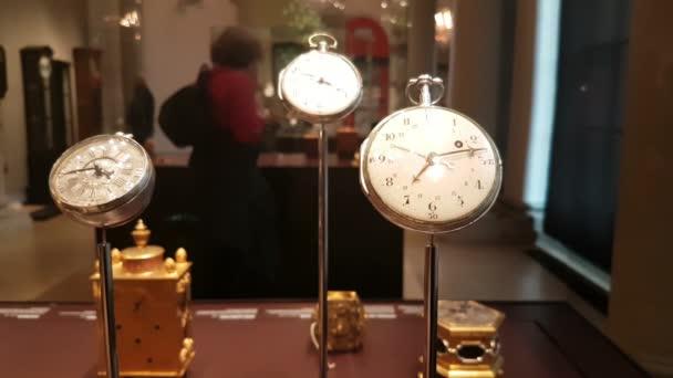 Drezda, Németország - 2017. március 29.: történelmi elegáns ezüst pocketwatches kiállítottak Gresden Galéria hall