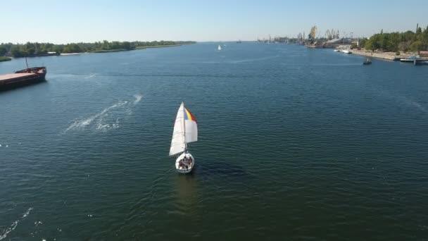 Letecký snímek bílé jeden stěžeň jachty plující v šumivých vodách Modrá řeka