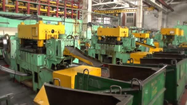 Einige Metallringe rollen von einer Schmiedepresse in einer Werkstatt in einem Werk herunter