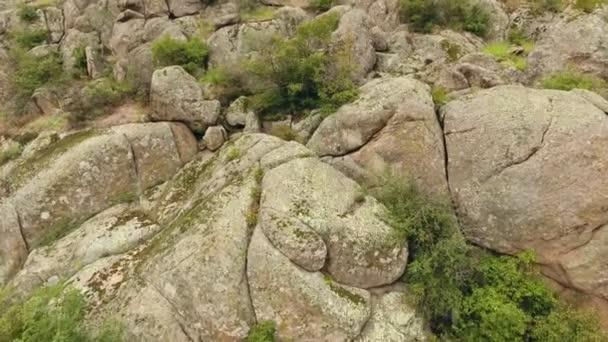 Madártávlatból egy mágikus keresi a dombok köbméter, ovális és kerek sziklák, és így néhány misztikus hely, nyáron