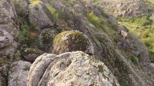 Dech beroucí pohled některých hor pokryté obrovské kubické a polovinu kulaté kameny a opravy zeleně na pobřeží Černého moře na Ukrajině