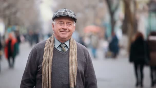 Un vieil homme heureux dans un chandail foncé et peuplements de foulard et  sourires sur une joyeuse vue sur parc allée A un homme senior dans une  casquette ... 5df549b3bbf