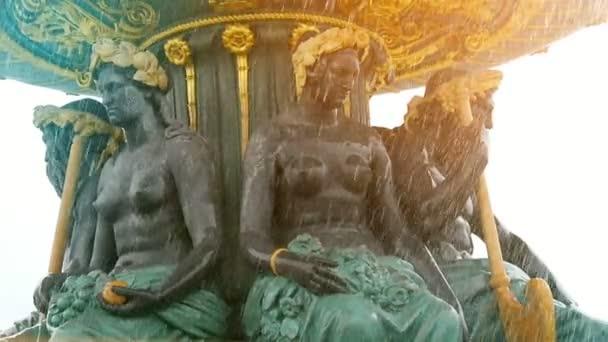 Sochy žen podporuje se zlatou miskou v fontána v Paříži na podzim vzrušující pohled na půl nahé ženy drží zlatou misku na jejich hlavy v studni s vodou v Paříži. Vypadají skvěle na podzim