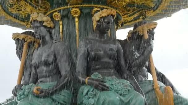 Paříž, Francie – 3. listopadu 2017: Umělecký pohled půl nahých žen drží zlatou misku na jejich hlavy v studni s vodou v Paříži. Vypadá dobře na podzim