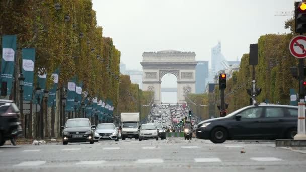 Paříž, Francie - 3. listopadu 2017: The Arc de lEtoile v Paříži za slunného dne v slo-mo. Nádherný v ulici Štěpánská, které k němu vedou se křižuje několik černých aut na podzim