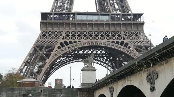 Eiffelova věž, zastřelil zpod mostu, vypadá dobře na podzim v slo-mo nádherný dolů pohled z Eiffelovy věže. Vypadá to báječně na pozadí modré oblohy v slo-mo. To je záběr z pohyblivé motorový člun.