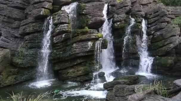 Divoký vodopád padá z velké kameny přírodní rybník v lese na podzim malebný pohled na lesní vodopád s jiskřících kapiček vody padající ze starých skal v úzkém proudu na podzim
