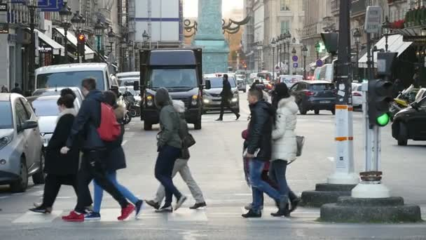 Paříž, Francie - 3. listopadu 2017: impozantní pohled mladých lidí procházky na přechod pro chodce v Paříži ve zpomaleném filmu. Cítí se šťastná a uvolněná v Paříži na podzim.