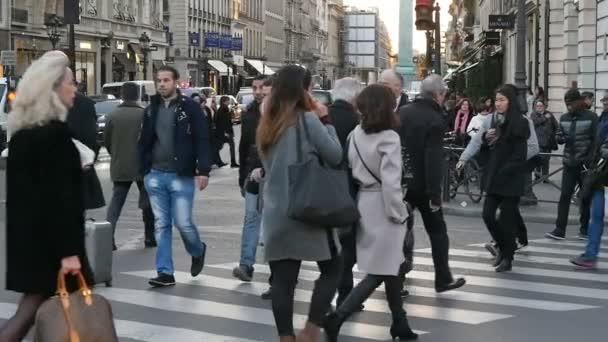 Paříž, Francie - 3. listopadu 2017: původní pohled parisien průnik s barokní budovy a stylový lidmi děje přechod pro chodce na podzim v pomalém pohybu.