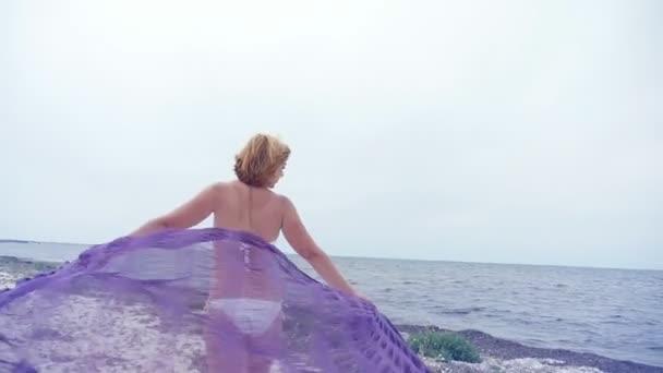 Sognare Costume Da Bagno Bianco : Una donna romantica bikini bianco cammina lungo litorale con pareo