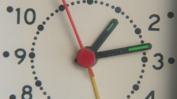 Modern látszó falióra két fekete nyíl és egy piros nyíl közvetlenül lenyűgöző kilátás nyílik a modern falióra egy fehér arc, fekete pontok és fekete számok, és három nyíl. A piros második nyíl gyorsan mozog. Profinak tűnik.