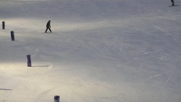 glücklicher Junge fährt Ski und hält die Füße wie einen Pfeil im finnischen Skigebiet, fröhlicher Blick auf einen lächelnden 11-jährigen Jungen, der langsam bergab fährt und seine Füße wie einen Pfeil im finnischen Skigebiet Levi im verschneiten Winter hält.