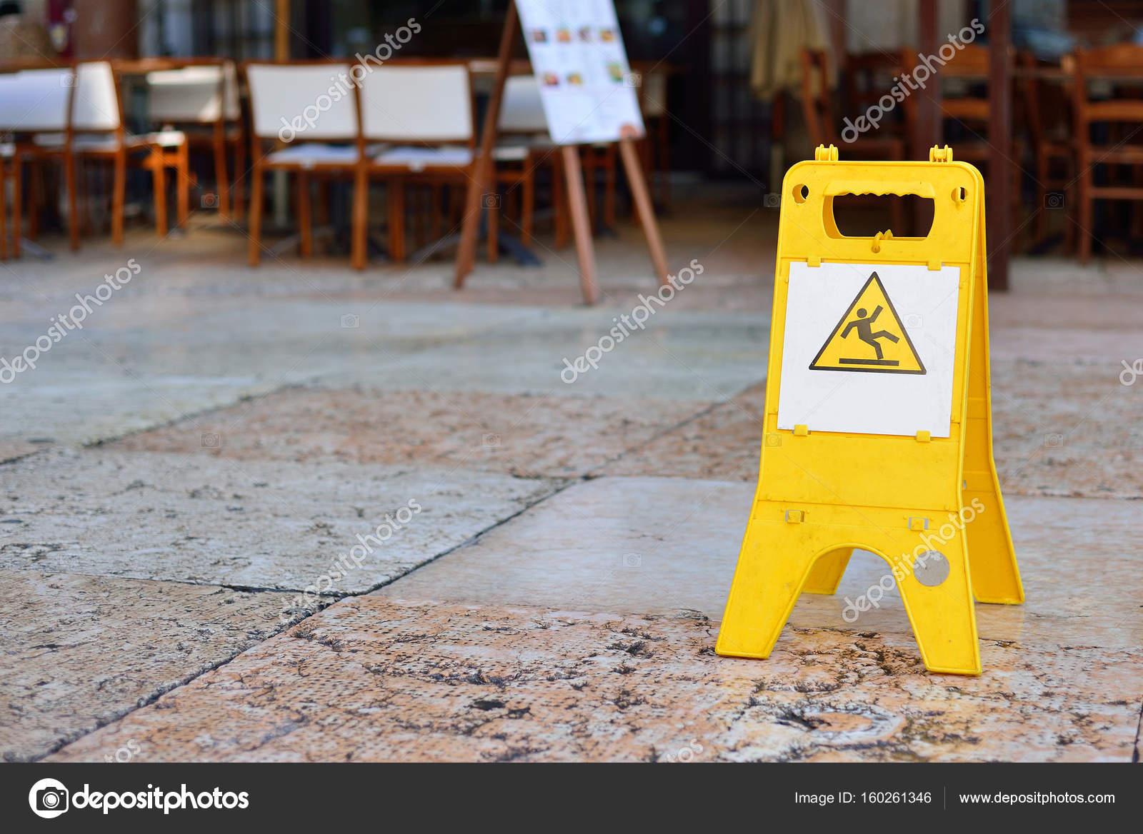 Segno che mostra avvertimento del tempo libero attenzione pavimento