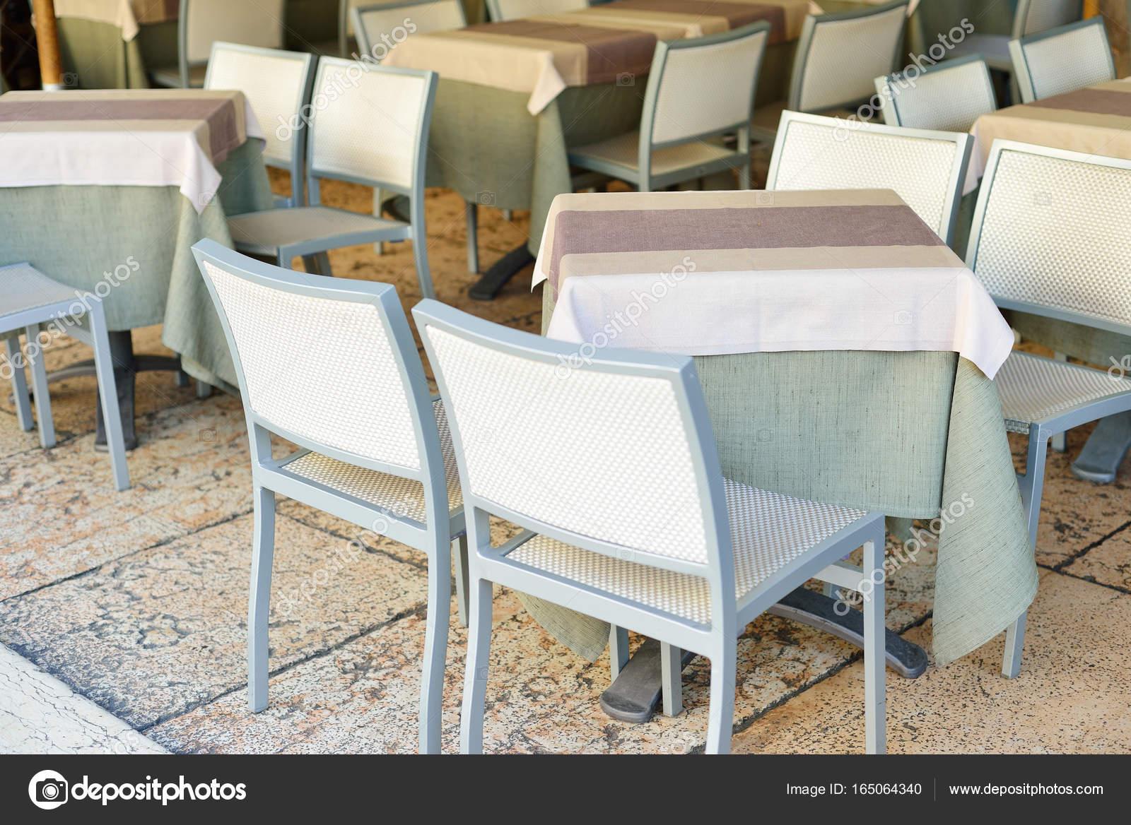 Illuminazione Tavoli Ristorante : Illuminare tavoli e sedie nel ristorante prima dell apertura un