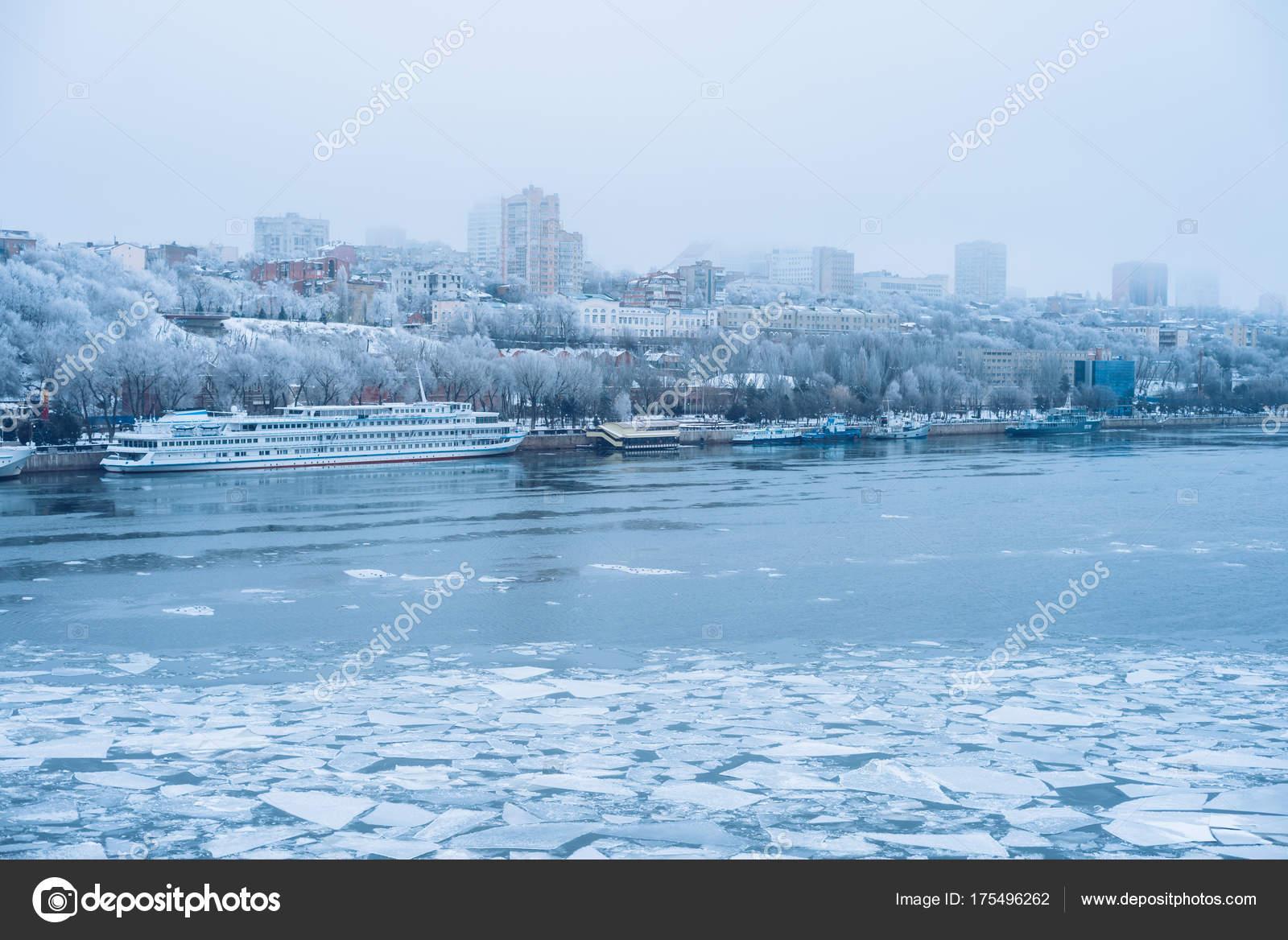 冬の街。日。ピアースは、川の水...