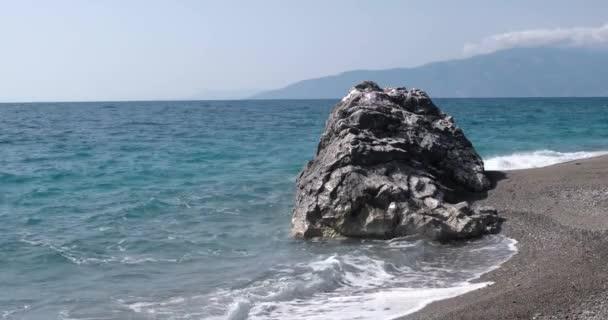 Nézd, a hullámok a tenger partján vonal-val hatalmas szikla hengerelt