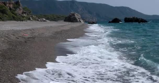 Nézd hullámok hengerelt a tengeri partvonal a hatalmas sziklák