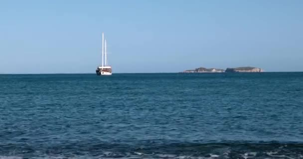 Türk usulü Gulet yat Akdeniz Bay denizde demir attı.