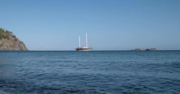 Jachta s turisty Infront z ostrova v zálivu Středozemního moře