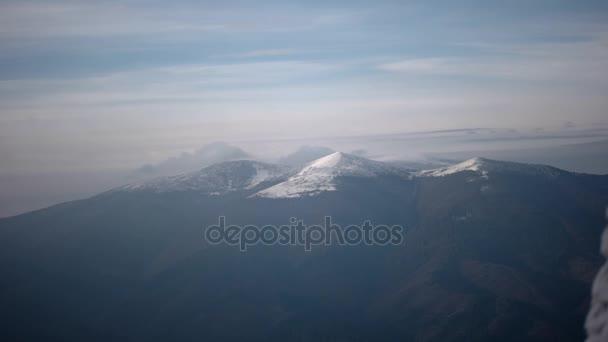 Obláčky karpatský horský hřeben. Časosběrné klip