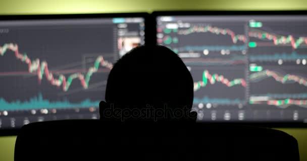 Bróker dolgozik a pénzügyi piacon egy megfigyelő sötét szobában a bemutatás ernyőz