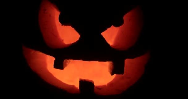Detailní záběr na strašidelný svátek Halloween vyřezal zářící dýně. Jack-O-lucernou