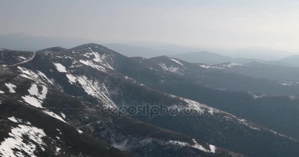 Horský hřeben a sněhem pokryta hory. Posouvání zobrazení