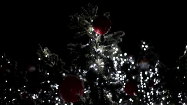 Hlavní město vánoční stromeček je ozdobeno barevnými světly. Rozmazané vánoční osvětlení. Boke. Čekání na Vánoce