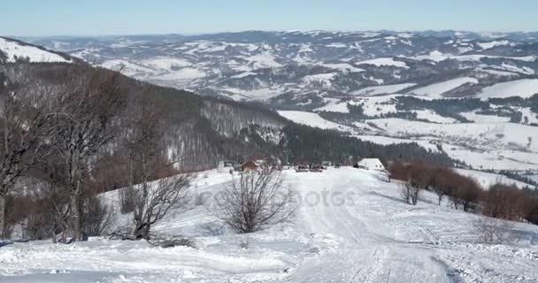 Horský hřeben a sníh zahrnuty hory, tradiční vesnice a krajina v zimě slunečný den posouvání zobrazení