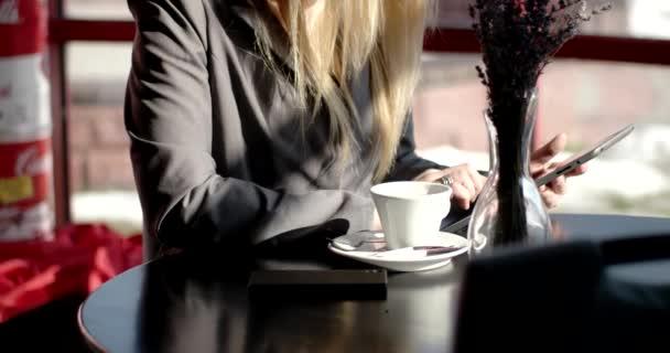 Mladí obchodních žena sedí u stolu pití kávy, čaje a použití tabletového počítače, psaní na počítači Tablet pc v kavárně, restauraci