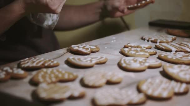 Tvorba a zasklení vánoční cukroví s cookie řezačky