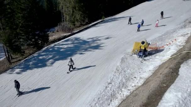 Několik lidí jezdit lyží do sněhu svah, výhled z lanovky v pohybu