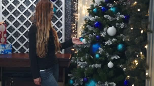puberťačky rukou je zdobení vánočního stromu