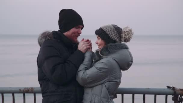 Pár muž a žena na molu pozoroval moře