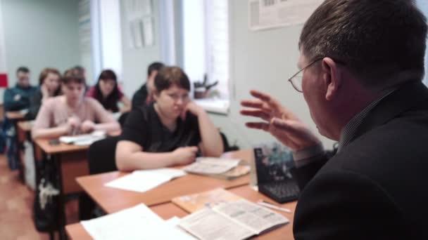 Třída řízení školy, dopravní značky, učitel muž nosí brýle přednášky třída
