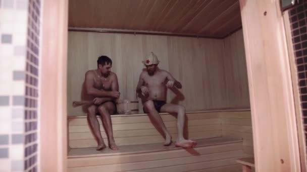 dva mladí muži relaxaci v sauně