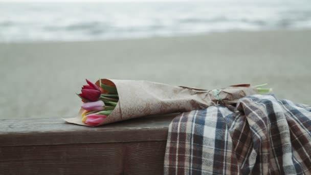 Egy csokor tulipán virág, a kézműves papír, egy kockás, a háttérben a tenger, Vértes