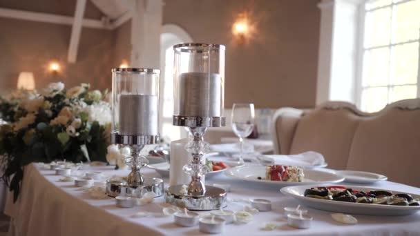 Servierte Speisen und Kerzen auf dem Tisch beim Hochzeitsbankett