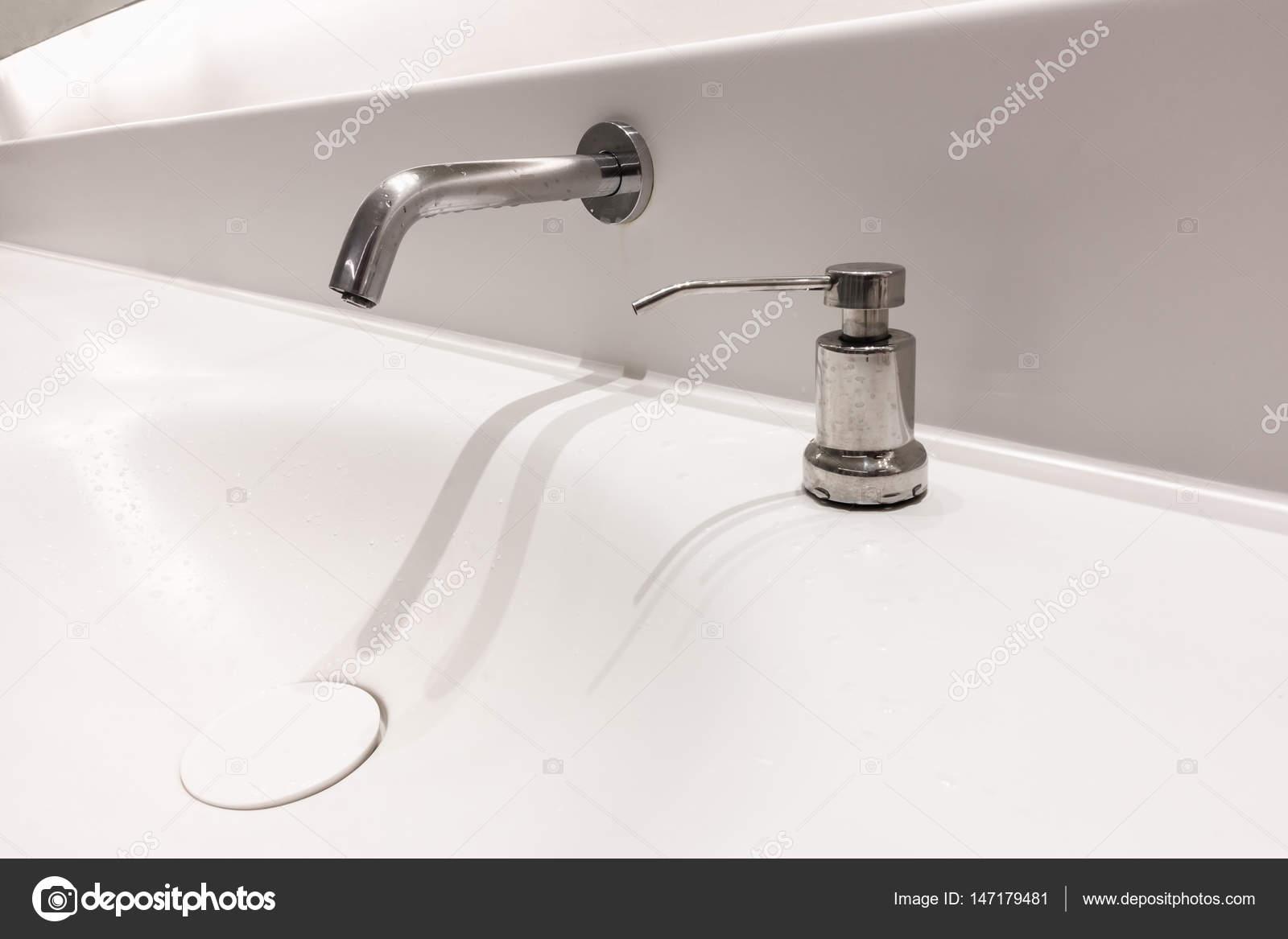 Moderne kraan en wastafel in toilet u2014 stockfoto © k.d.p #147179481