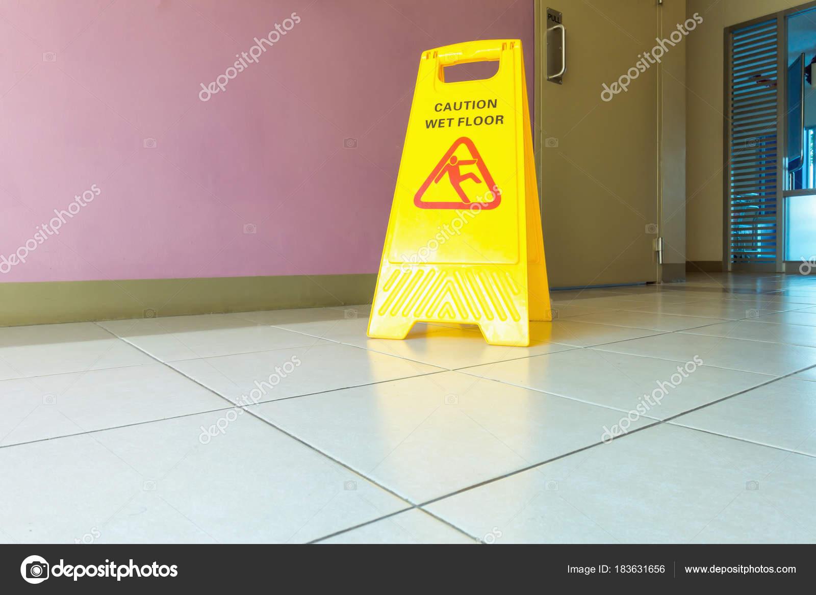 Fußbodenbelag Im Flur ~ Vorsicht nass bodenbelag schild auf dem flur u stockfoto k d p