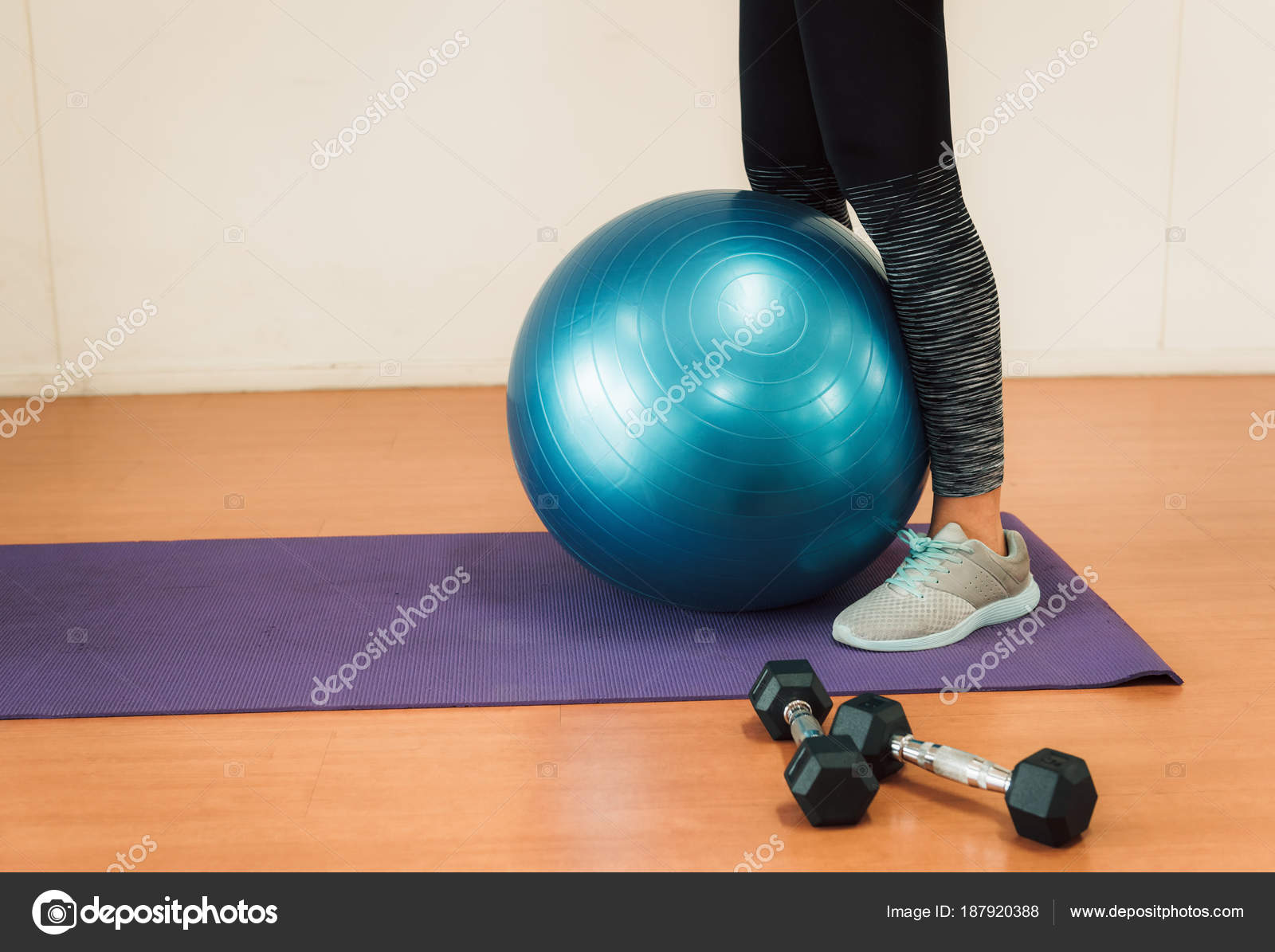 Mujer asiática ejercicio con bola de la yoga en la gimnasio — Foto de Stock a387db6b2a41
