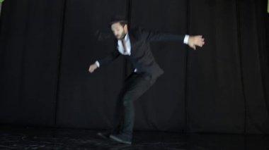 Vide In Hal : Theater hal zuschauer mit blumen applaudieren die aufführung auf