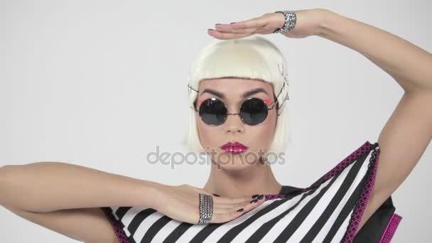 Blondýnka s tmavými brýlemi a růžové rty