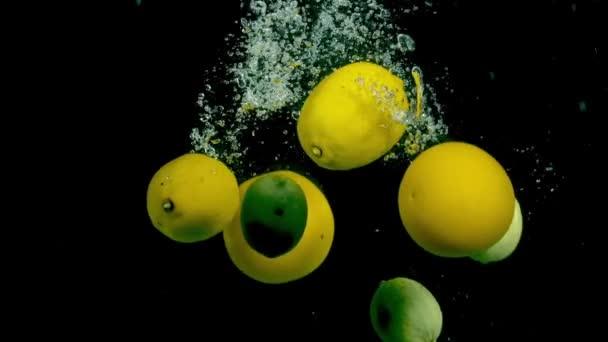 Zitrusfrucht im Wasser auf einem schwarzen Hintergrund