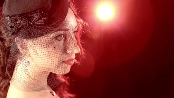 Jemné dámy v burlesque stylu hat proti červené bodové světlo
