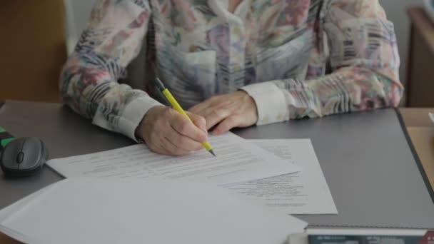Detail o ženách, které ruce jsou psaní na papír