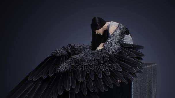 Fatální bruneta s křídly