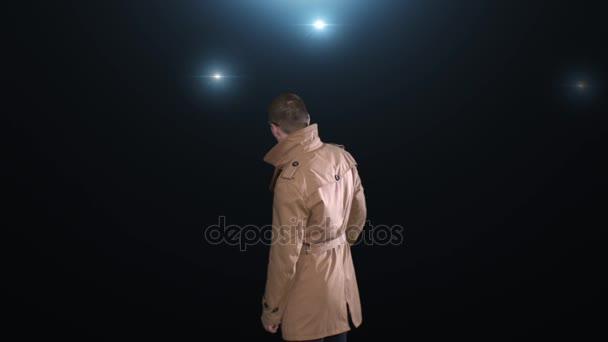 Der Mann schließt von Blitze der Kameras