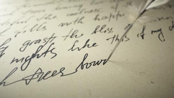 Tuschstift schreibt Gedichte auf altem Papier