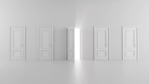 zářící otevřené dveře mezi několika dveřmi ve světlé místnosti